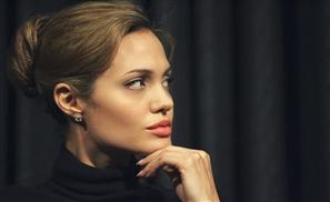 Angelina to Play Cleopatra