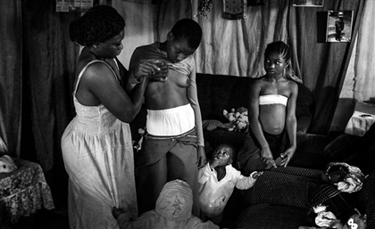 Egyptian Photojournalist Wins Prestigious Competition For Project on 'Breast Ironing' in Cameroon
