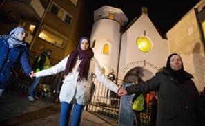1000 Muslims Form Human Shield Around Oslo Synagogue