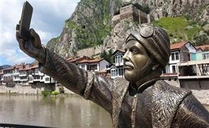 Selfie Statue Appears in Turkey